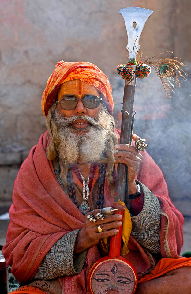 Ektara are commonly used in kirtan chanting by sadhus, which is a Hindu devotional practice of singing the divine names and mantras in an ecstatic call and response format.