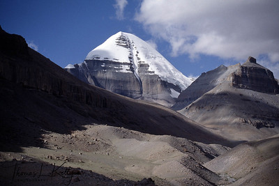 The inner kora is a circumambulation around the Neten Yanlagjung hill. This hill  consists of a horizontal strata of conglomerate located in front of the south face of Mt. Kailas. It represnts Shiva's bull Nandi for the Hindus and Mt. Asthapad for the Jain.