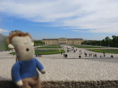 Stressmannetje is impressed with the views on Schönbrunn castle