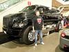 Look at the size of that truck!<br /> Compara al tipo con el tamaño del coche.