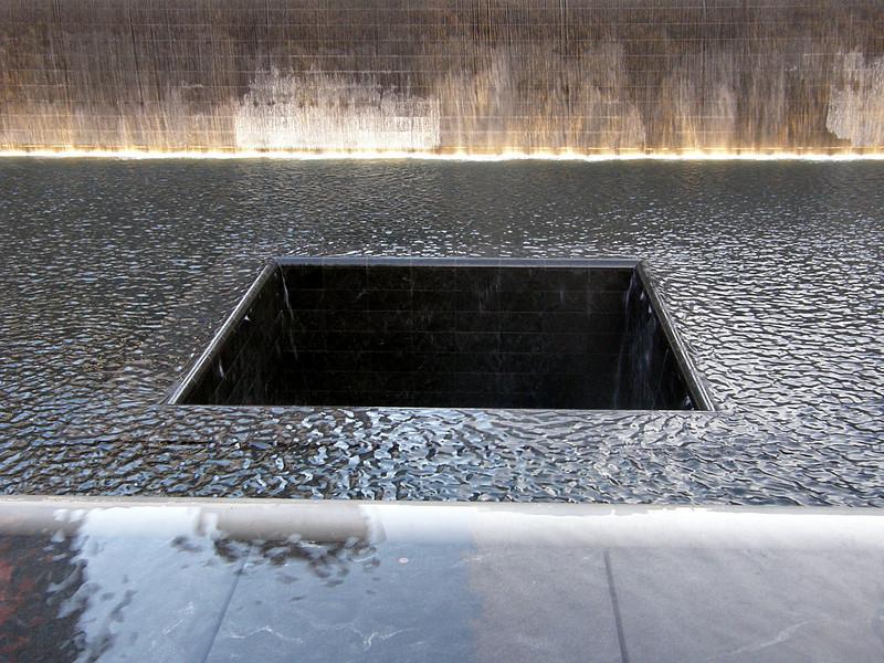 Agujero de la torre sur. Impresiona porque uno no ve el fondo de ese agujero negro e imagina que no hay fondo! Y que el agua cae y cae y el sonido de la cascada nunca termina.