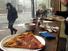 Pizza lunch en Harvard Square. It´s warm on this side of the window!