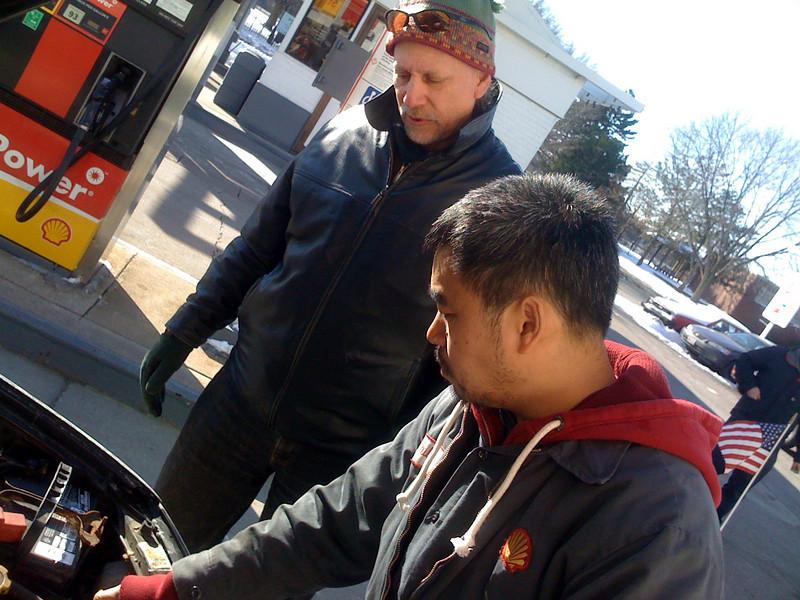 Phil revisando el motor del Subaru de Steve. Enero de 2009.