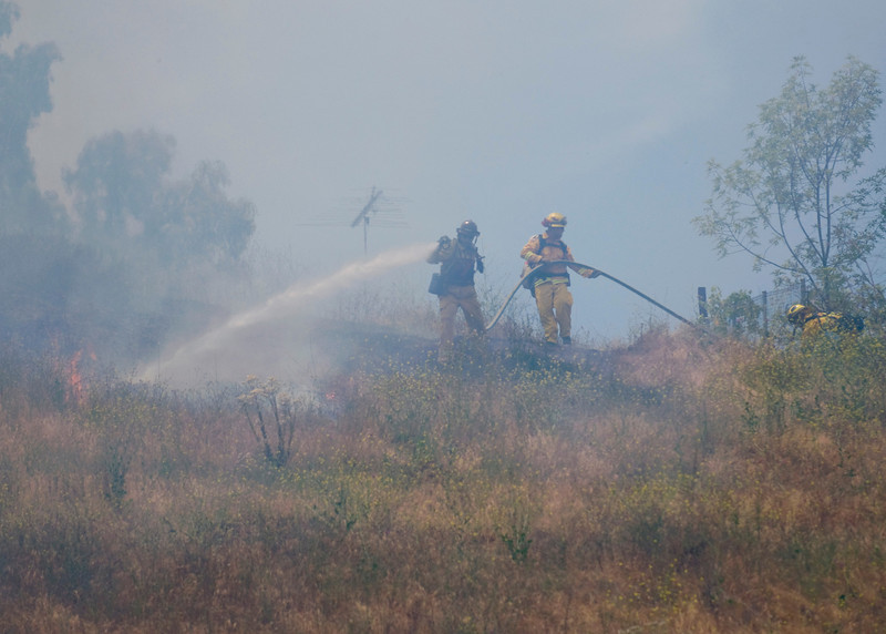 Lakeside vegetation fire 06-01-2010_0225