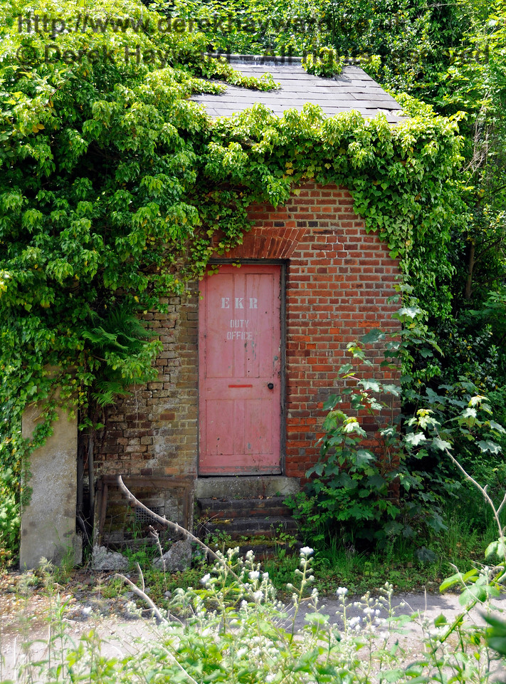 The (somewhat overgrown) Duty Office at Shepherdswell Station, East Kent Railway.  17.06.2015  12764