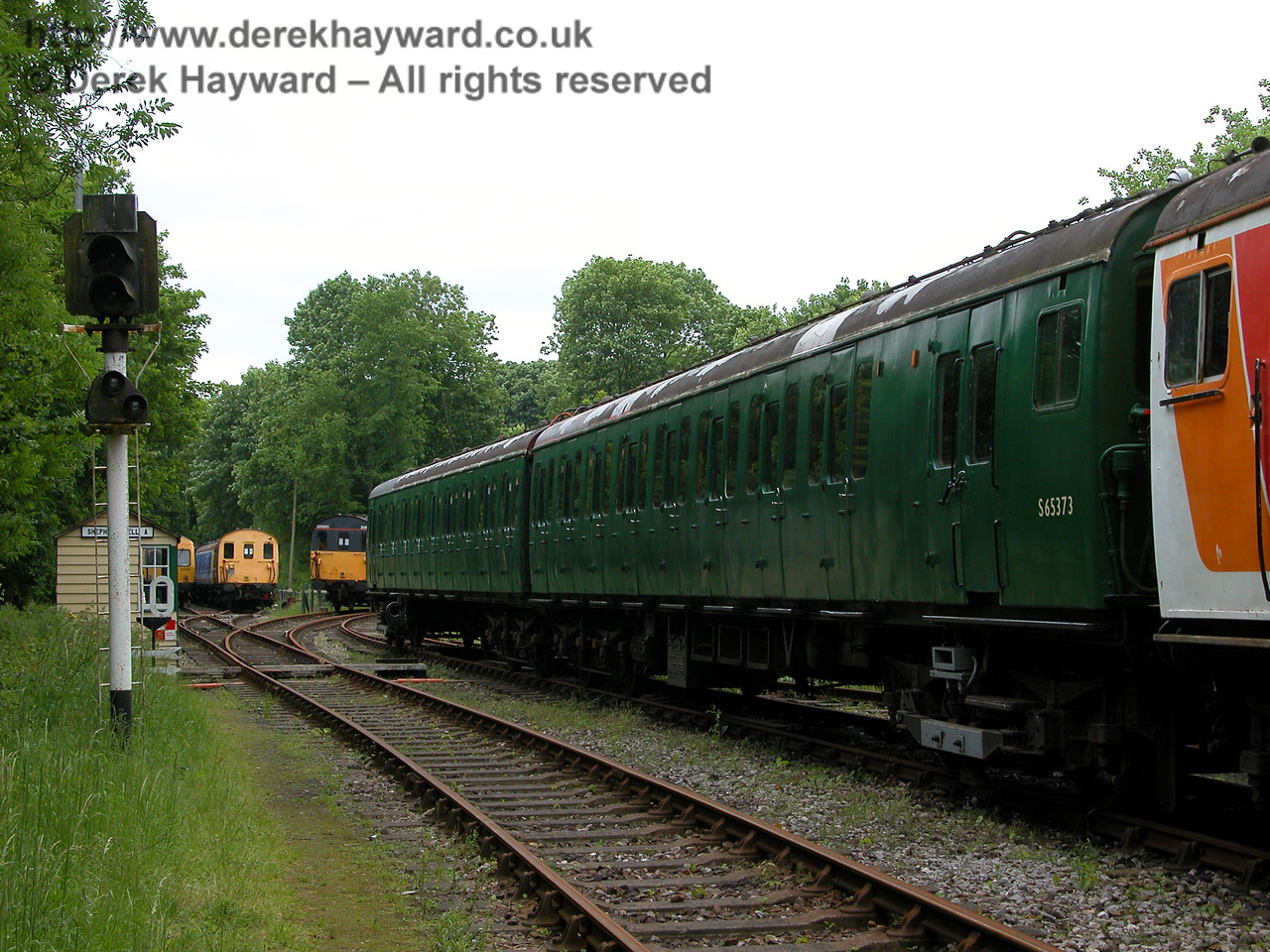 Looking west towards Shepherdswell Station with unit 5759 on the right on 06.06.2005
