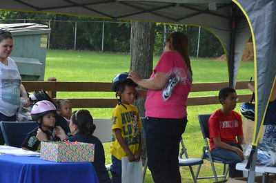 Leah McDonald - Oneida Daily Dispatch Families take part in Eat Well Play hard at Vets Field in Oneida on Friday, Aug. 19, 2016.