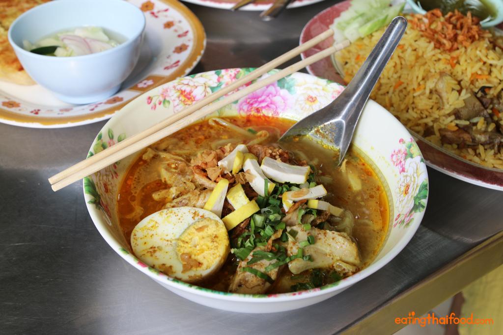 Kuay teow kaeng gai (ก๋วยเตี๋ยวแกงไก่) - Curry noodles