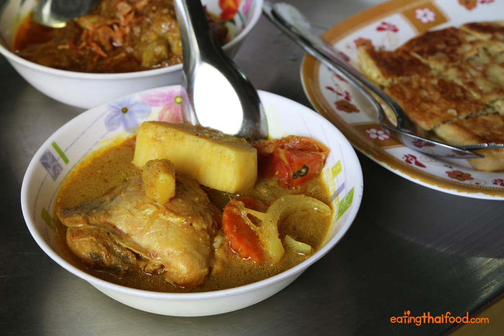 Kaeng kari gai (กะหรี่ไก่) - Yellow chicken curry
