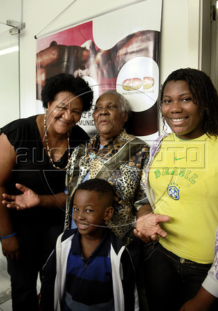 Geralda Maria de Jesus, 82, notable citizen of the favela Cidade de Deus (City of God), who illustrated one of the bill, social currency Cidade de Deus, issued by the Community Bank of Cidade de Deus, poses to journalists with daughter and grandchilds, Rio de Janeiro, Brazil, September 15, 2011. The Brazilian favela City of God, received today the first branch of Community Bank, as a new experience to stimulate the activity economic in poor communities. (Austral Foto/Renzo Gostoli)