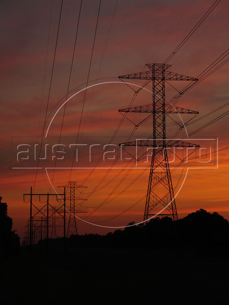A beautiful sunset behind power lines in northern Houston, Texas, USA. According to the US Energy Information Administration, net generation of electricity increased 2.1 percent from 2004 to 2005, reaching 4,055 billion kilowatthours. Coal, natural gas, and nuclear generation have in combination consistently provided about 85 percent to 88 percent of total net generation during the period 1994 through 2005. However, the trends for these three major generation sources have been different. Coal generation in 2005 grew 1.7 percent over 2004 to 2,013 billion kilowatthours. 49.7% of electricity produced in the USA come from coal.<br /> (Australfoto/Douglas Engle)