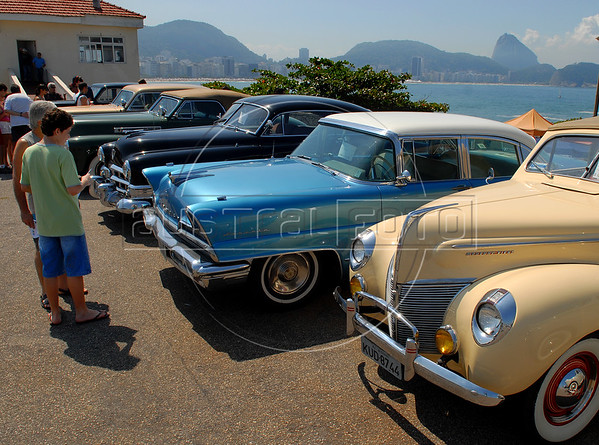 Visitors look at old cars displayed at Forte de Copacabana (Copacabana Fort) in Copacabana beach, with the Sugar Loaf in the back, during a annual exhibition of the Veteran Car Club do Brasil, Rio de Janeiro, Brazil, Set. 8, 2007. More of 200 old cars participate at this annual meeting.    (AustralFoto/Renzo Gostoli)