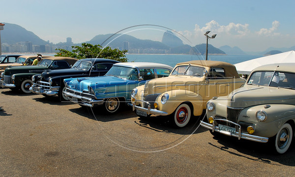 A  Cadillac '41, left, a Cadillac '49, a Lincoln '56, a Mercury '40 and a Ford '41, right, are displayed at Forte de Copacabana (Copacabana Fort) in Copacabana beach, with the Sugar Loaf in the back, during a annual exhibition of the Veteran Car Club do Brasil, Rio de Janeiro, Brazil, Set. 8, 2007. About 200 old cars participate at this annual meeting.    (AustralFoto/Renzo Gostoli)