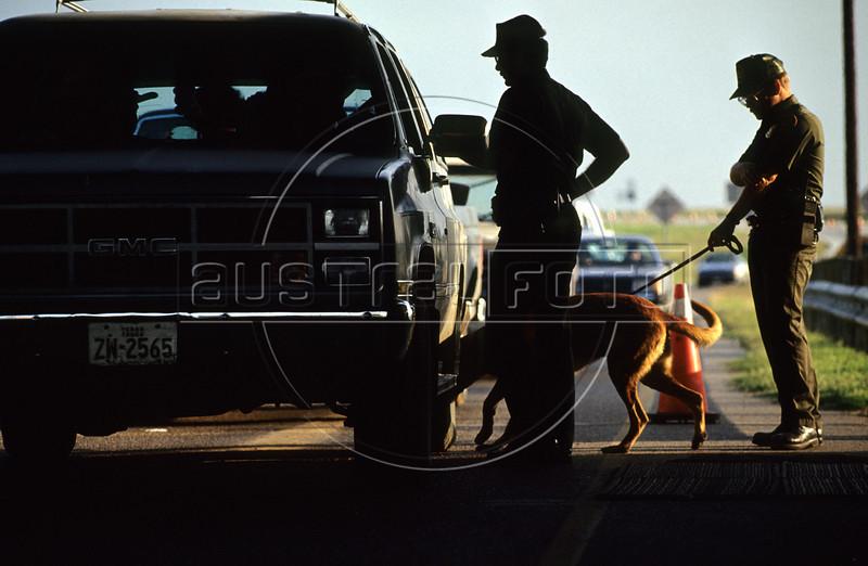 US Border Patrol agents at a highway checkpoint near Laredo, Texas, USA. (Australfoto/Douglas Engle)