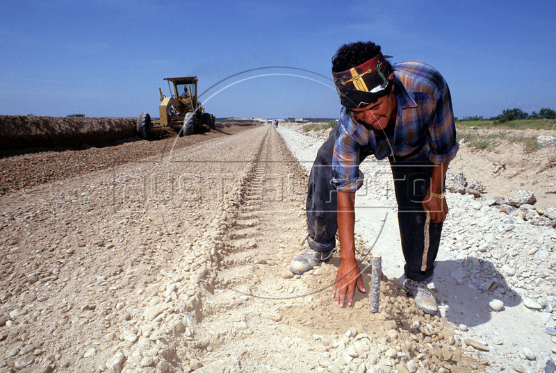Construction of the Monterrey (Mexico) - Laredo (Texas) toll road in northern Mexico. (Australfoto/Douglas Engle)