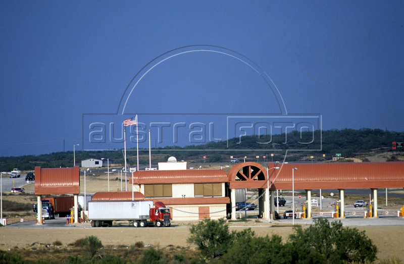 The USA border control station in Laredo, Texas, USA, across the border from Colombia, Nuevo Leon state, Mexico. (Australfoto/Douglas Engle)