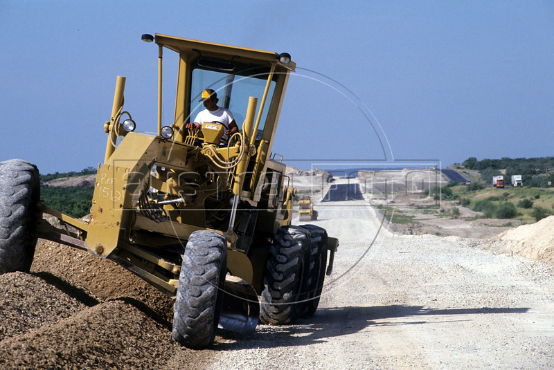 Construction of the Monterrey (Mexico) - Laredo (Texas) toll road in northern Mexico. (Australfoto/Douglas Engle)