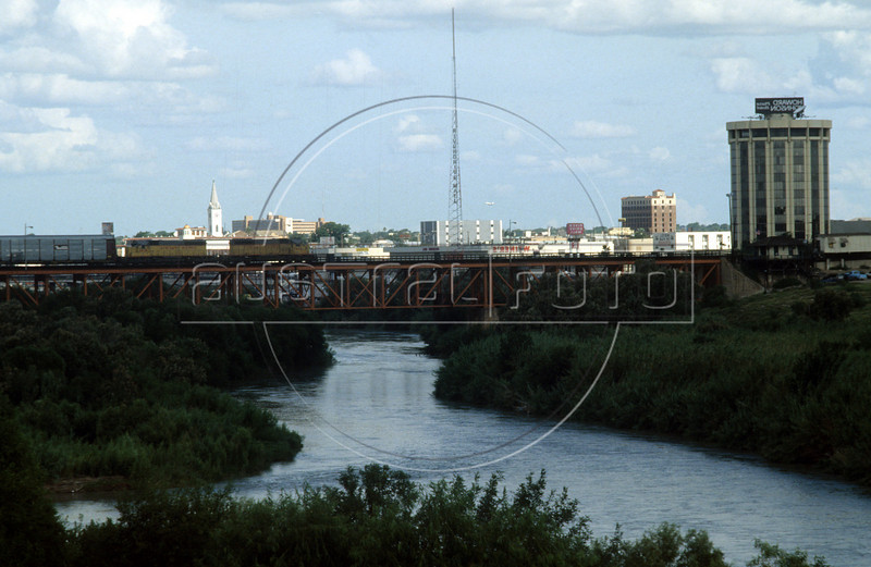 The bridge from Laredo, Texas, USA, to Nuevo Laredo, Tamaulipas state, Mexico, The towns are separated by the Rio Grande river, called the Rio Bravo by Mexico. (Australfoto/Douglas Engle)