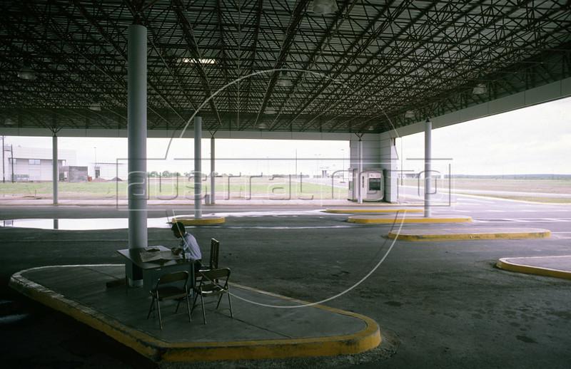 The USA border control station in Laredo, Texas, USA, across the border from Colombia, Nuevo Leon state, Mexico. (Australfoto/Douglas Engle)