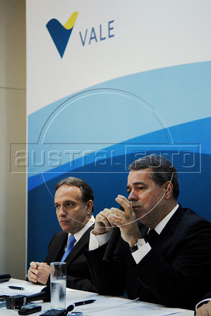 Murilo Ferreira, left,  incoming chief executive officer of Vale SA, the world's largest iron-ore producer, and president of the Board of Directors, Ricardo Flores, right, speak to journalists during a press conference, Rio de Janeiro, Brazil, May 20, 2011. (Austral Foto/Renzo Gostoli)
