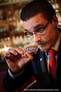 ECOSSE. ROAD TRIP SUR LA NORTH COAST 500 AVEC L ASTON MARTIN DE JAMES BOND. L Hotel The Torridon abrite l un des meilleurs bars à whisky du monde. Ici portrait de Shane le barman pendant un Whisky Tasting