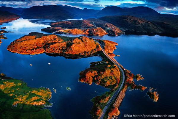 ECOSSE. ROAD TRIP SUR LA NORTH COAST 500 AVEC L ASTON MARTIN DE JAMES BOND. Le pont Kylesku Bridge qui traverse le Loch a 'Chàirn Bhàin dans le conté de Sutherland