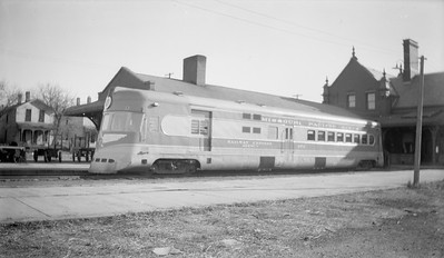 2018.15.N98A.7281--ed wilkommen 116 neg--MP--gas-electric motorcar 670 at station--Lincoln NE--1944 1123