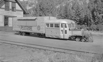 2018.15.N49K.5939--ed wilkommen 116 neg--RGS--goose motorcar 5 on display--Dolores CO--1952 0915