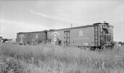 2018.15.N64.2552--ed wilkommen 116 neg--A&W--old wooden reefer cars--Sturgeon Bay WI--1954 0807