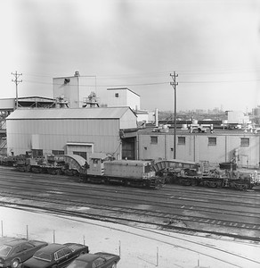 2018.15.N64.2518--ed wilkommen 120 neg--Allis-Chalmers--yard scene with EMD diesel switcher locomotive 8 and large flatcar--West Allis WI--1985 1100