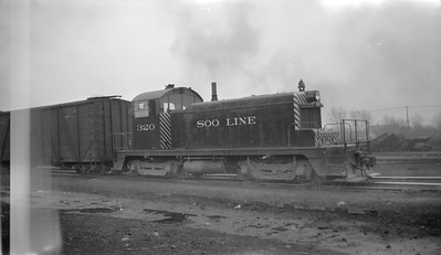 2018.15.N92.7016--ed wilkommen 116 neg--SOO--EMD switcher diesel locomotive 320--Minneapolis MN--1946 0319