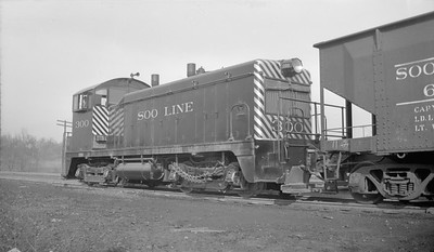 2018.15.N92.7013--ed wilkommen 116 neg--SOO--EMD switcher diesel locomotive 300--Minneapolis MN--1947 0118