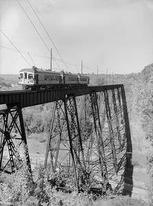 2018.15.N64.2686N--ed wilkommen 3x4 neg--FDDM&S--interurban fantrip on high bridge--near Boone IA--1954 0926