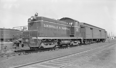 2018.15.N96A.7221--ed wilkommen 116 neg--L&N--EMD switcher diesel locomotive and baggage car--Louisville KY--1948 0417