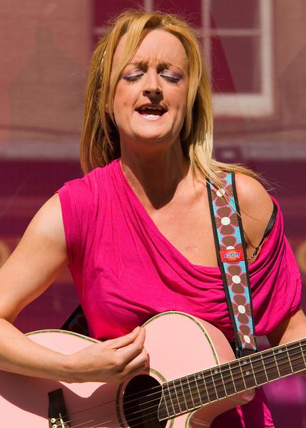The Irish multi-instrumentalist Kayla Kavanagh plays in the Royal Mile.