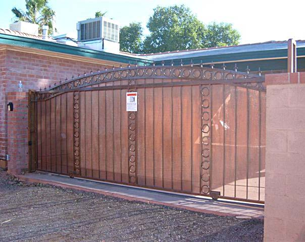 Single slide gate with operator