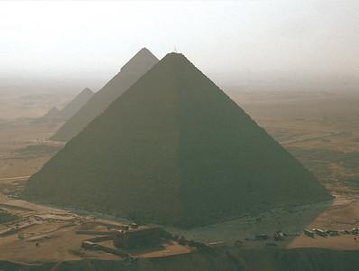 01 Die Pyramiden von Gizeh, das Einzige der Sieben Weltwunder, das bis heute erhalten ist. Blick von Nordosten mit der Cheops-Pyramide im Vordergrund.