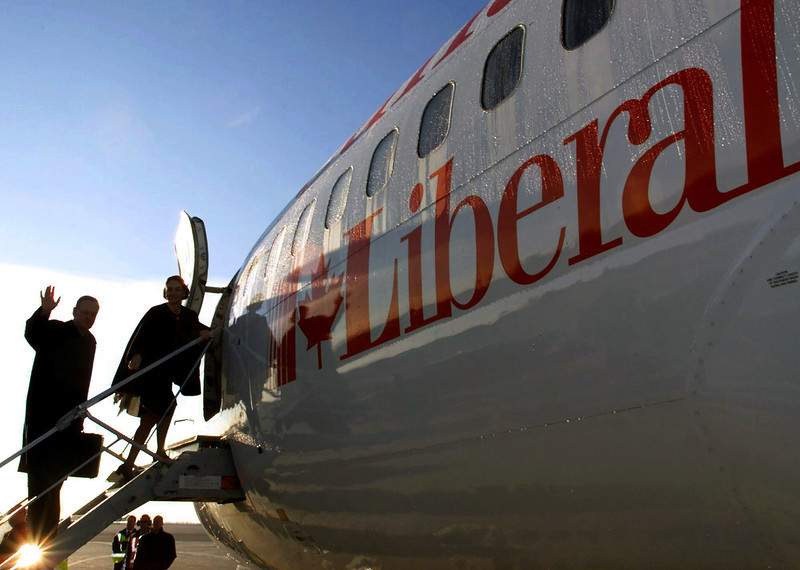Prime Minister Jean Chretien and his wife Aline board the Liberal campaign jet in Ottawa on Thursday morning, November 2, 2000, headed for a day of campaigning in the Toronto area.(CP PHOTO/Fred Chartrand)