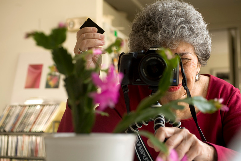 12/5/07 Brookline, MA -- Riva Berkovitz demonstrates for the New York Times, how she uses a remote control to trigger her camera's shutter while photographing flowers at her apartment in Brookline, MA December 5, 2007.  Erik Jacobs for the New York Times<br /> <br /> 30053458A