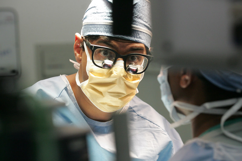 3/15/07 Boston, MA -- Dr. Atul Gawande, writer and surgeon performs a thyroidectomy at Brigham and Women's Hospital Thursday March 15, 2007. Erik Jacobs for the New York Times.<br /> 30039201A