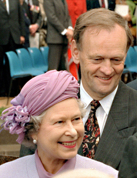 (LOMX 101) LONDON,June 3--VETERANS--Queen Elizabeth followed by Prime minister Jean Chretien meet with World War II veterans during a walk about at the unveiling of the Canada Memorial in London, Feiday. (CP PHOTO) 1994 (Stf-Fred Chartrand)fxc