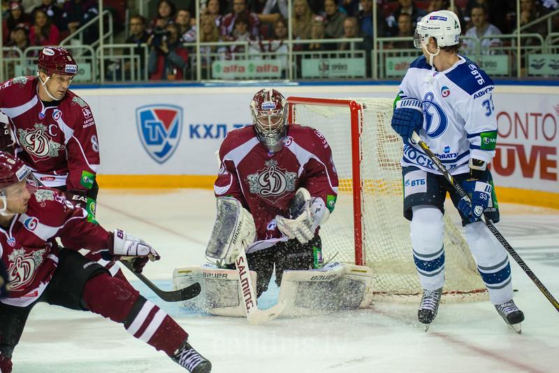 Dinamo Riga vārtusargs Mikael Tellqvist (32) atvaira sitienu