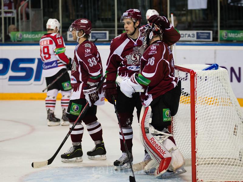 Kristaps Sotnieks (11) apsveic Dinamo Riga vārtusargu goalkeeper Jakub Sedlacek (36) ar uzvaru