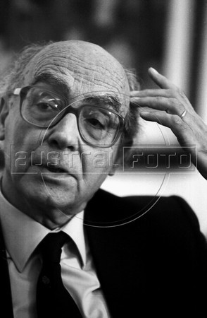 Portuguese writer (1998 Nobel Prize for literature) Jose Saramago talks with journalists in Universidade Federal Fluminense, Niteroi, about 15 miles from Rio de Janeiro, Brazil, August 13, 1999. (Austral Foto/Renzo Gostoli)