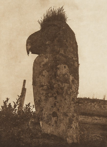 A raven totem at Yan (The North American Indian, v. XI. Cambridge, MA: The University Press, 1916)