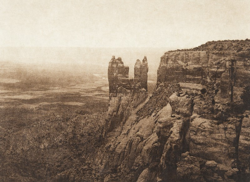 Boy and girl columns at Corn Mountain - Zu–i (The North American Indian, v. XVII. Norwood, MA, The Plimpton Press,  1926)