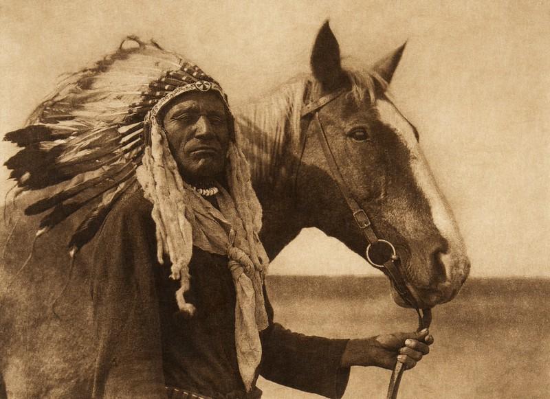 Blackfoot war-bonnet (The North American Indian, v. XVIII. Norwood, MA, The Plimpton Press,  1928)