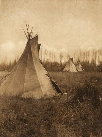 Cree tipis (The North American Indian, v. XVIII. Norwood, MA, The Plimpton Press,  1928)