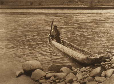 Nez Perce Canoe (The North American Indian, v. VIII. Norwood, MA: The Plimpton Press, 1911)