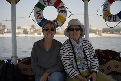 Camino del templo de Karnak en motorboat por el Nilo